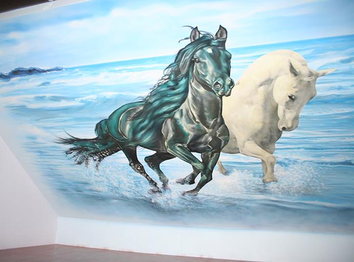Sienų tapyba dekoruota šviečiančiais dažais.
